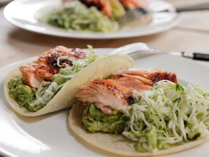 cenas ricas y saludables, pequeñas tortillas con carne de pollo, salsa de aguacate y ensalada verde fresca
