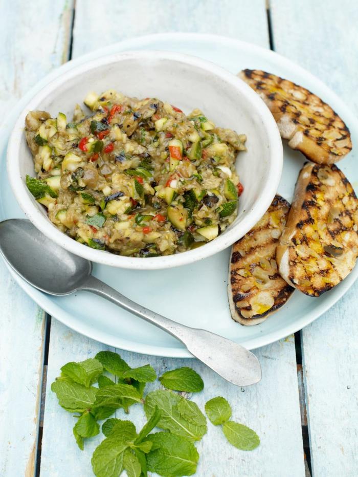 recetas faciles para comer paso a paso, guacamole con calabacines y pan tostado a la parilla, hojas de menta frescas
