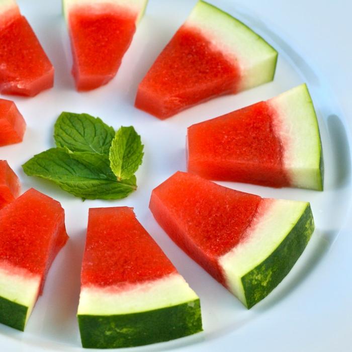 que comer hoy, ideas frescas para el verano, rebanadas de sanda con hojas de menta fresca, ideas recetas faciles para comer