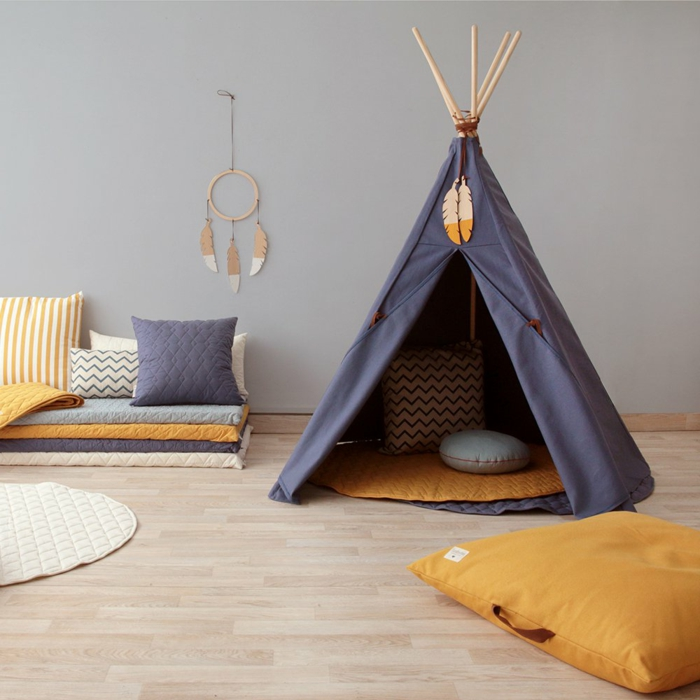 carpa de niños en color azul con alfombra en color naranja y cojines decorativos, ideas cuartos de niñas originales