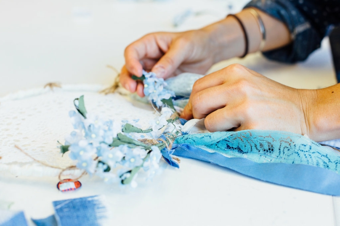 atrapasueños de crochet con preciosa decoracion de flores artificiales en azul y cintas de encaje en azul