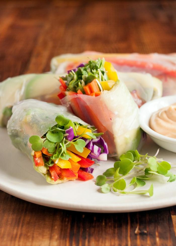 ideas de recetas faciles para comer, bonitos rollos con verduras, pimientos amarillos, verdes y rojos y cebolla roja