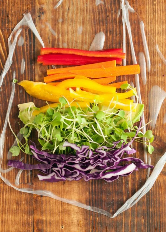 como hacer un rollo vegetal paso a paso, pimientos rojos, amarillos y verdes, col rojo y verduras