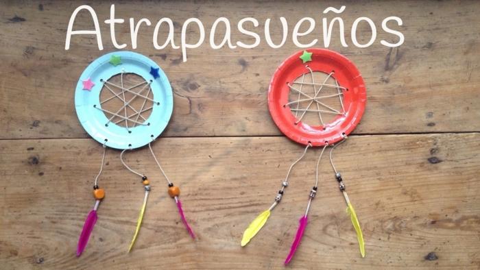 coloridas y divertidas ideas de manualidades para pequeños y adultos, dos atrapasueños hechos de platos de papel en rojo y azul