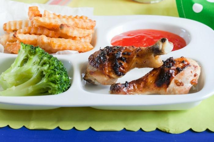 almuerzo saludable con pollo, patatas fritas, brocoli y salsa de chile, ideas para recetas fáciles y rápidas