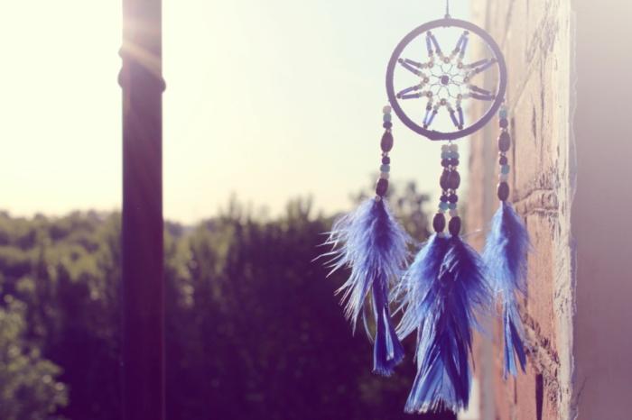 bonito atrapasueños de pequeño tamaño con plumas artificiales en azul y cuentas coloridas, como hacer atrapasueños ideas creativas