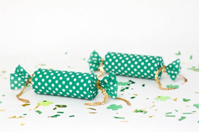 tubos decorativos con papel estampada en verde y puntos en blanco llenos de papel picado, manualidades con papel higienico