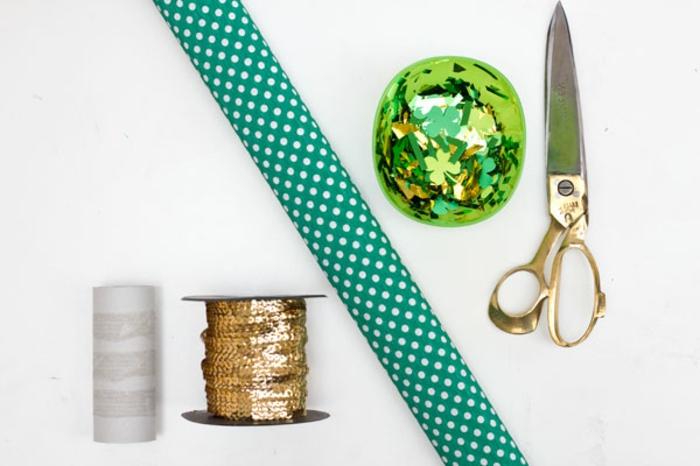 materiales necesarios para hacer decoracion de fiesta con papel picado, manualidades con tubos de carton, papel estamapda decorativa, hilo en dorado, papel picado, tijeras