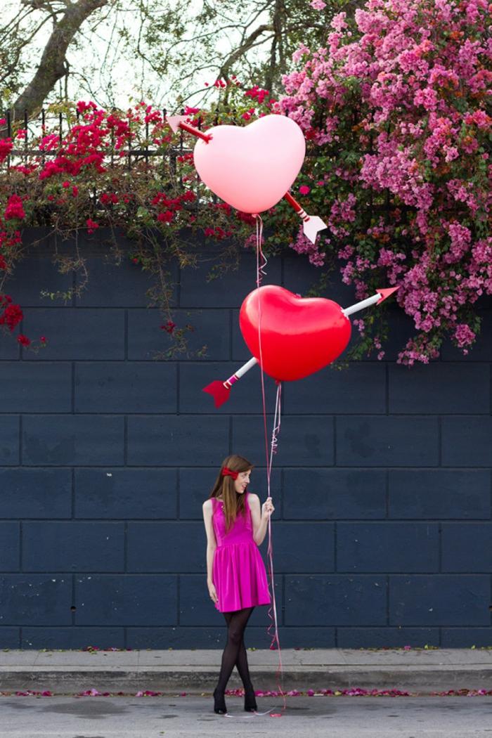 ideas de regalos para san valentin, globos en rosado y rojo con flechas hechas de tubos de cartón, manualidades con papel higienico