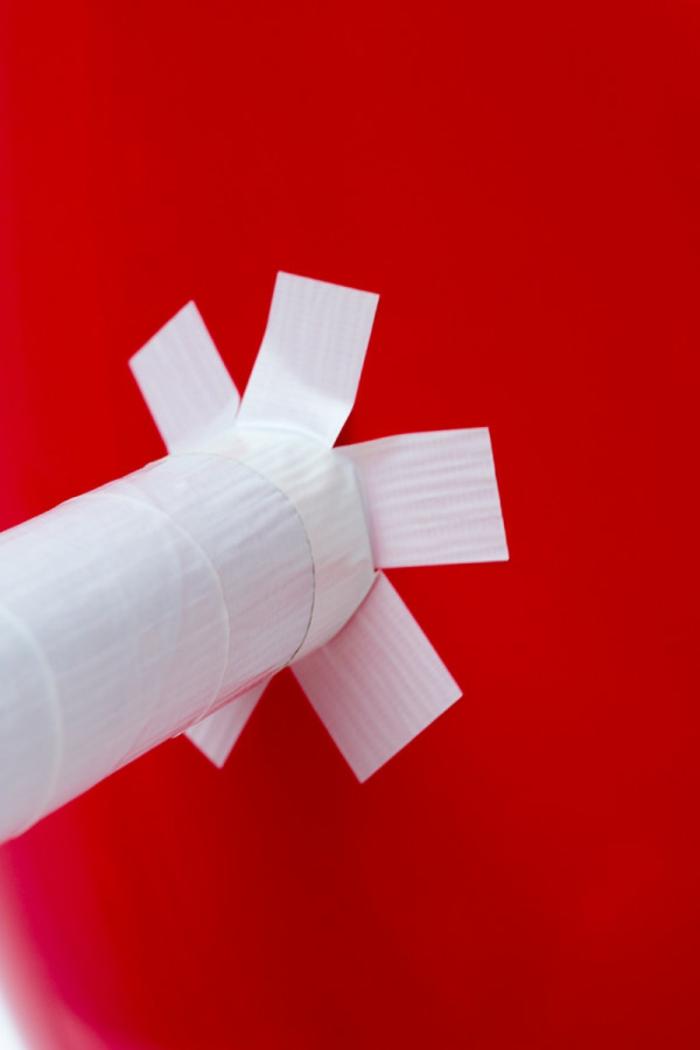 ideas fáciles y creativas proyectos DYI, flechas de cartón pegadas a un globo en forma de corazon, manualidades con papel higienico