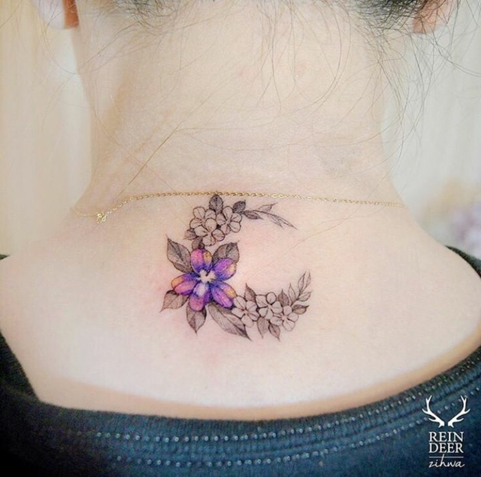 bonito adorno en el cuello con motivos florales, ideas de tatuajes nuca mujer tendencias 2018
