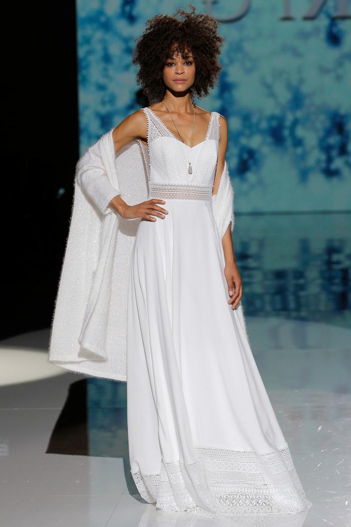 ideas vestidos de novia informales, diseño sencillo en blanco con líneas limpias y parte de encaje