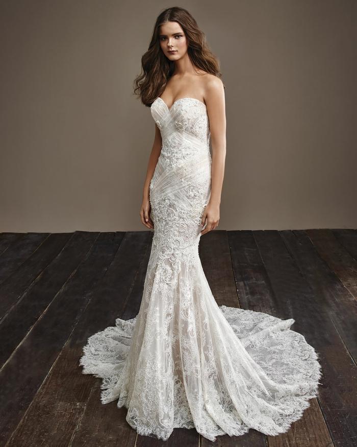 modelo corte sirena de encaje con larga cola y escote palabra de honor, vestidos de novia informales tendencias 2018