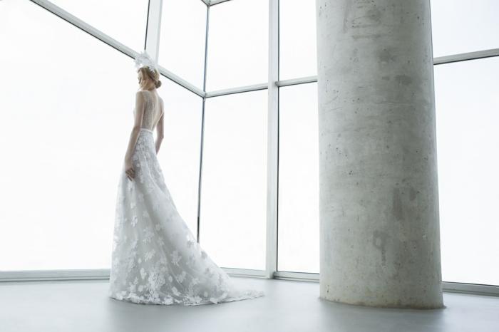 diseño de vestidos de novia informales, corte princesa cintura muy alta, espalda transparente y falda con apliques de flores