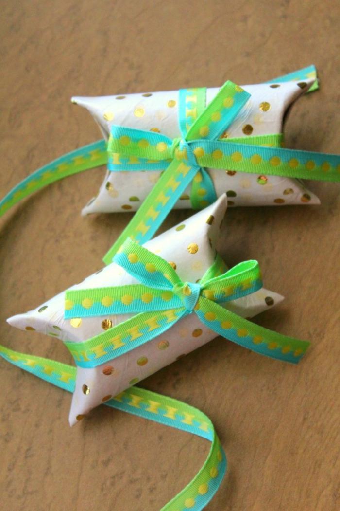 embalajde DIY para regalos pequeños con tubos de cartón y cintas decorativas, manualidades con papel higienico