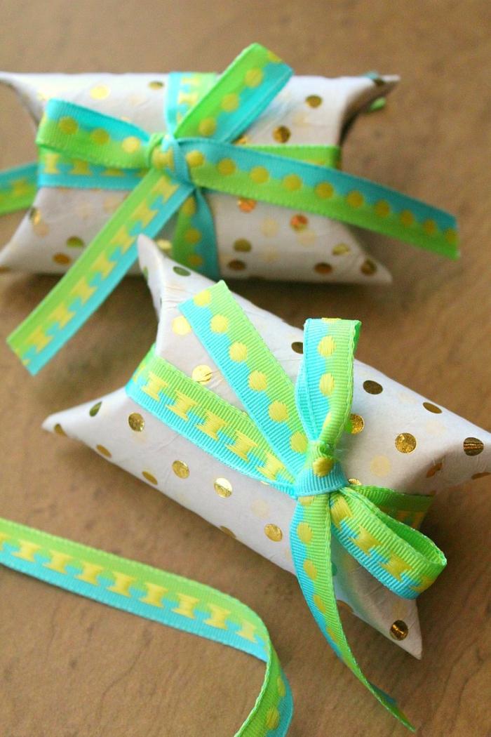 pequeños regalitos con embalaje hecho de cartón y cintas decorativas, manualidades con papel higienico paso a paso