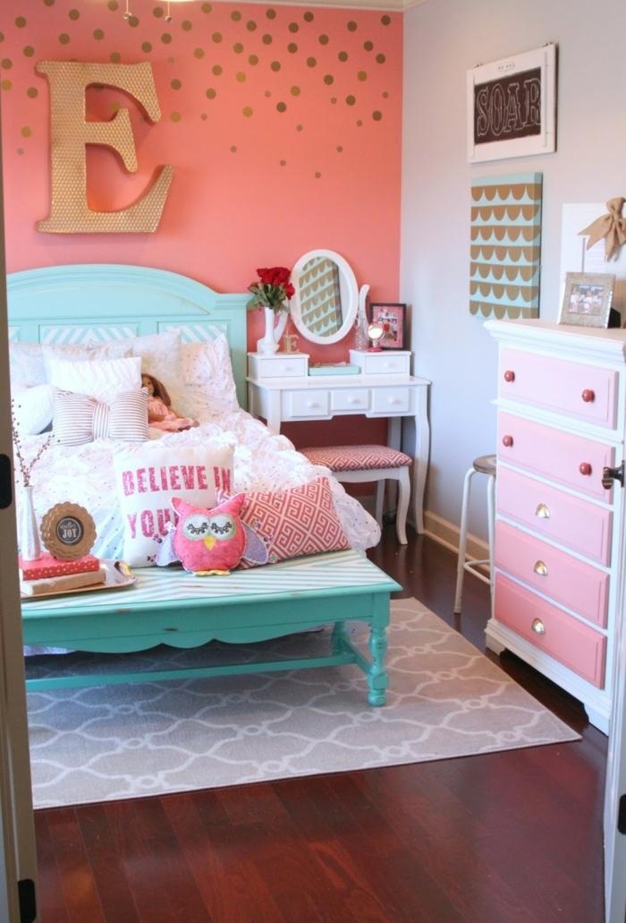 ideas originales decoracion habitacion bebe, paredes en color naranja con decoración de letras, cama en estilo vintage pintada en verde menta