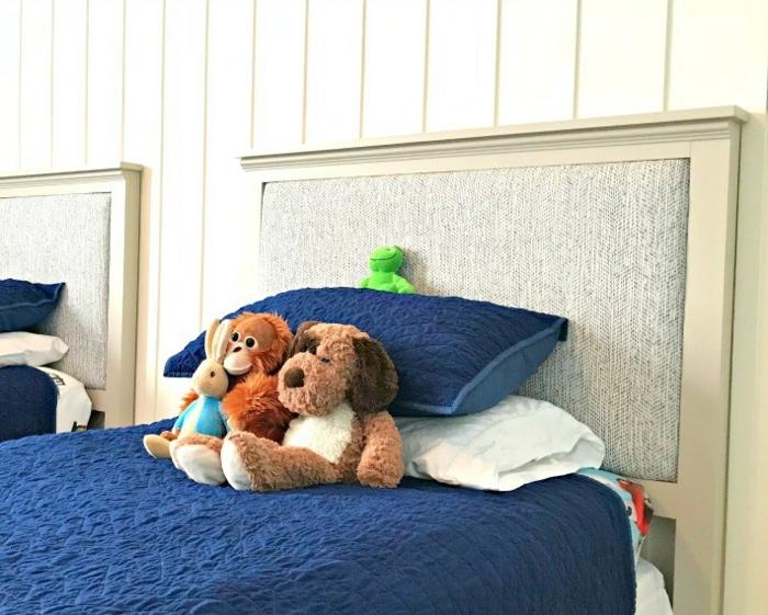 decoración de estilo para una habitación infantil, cama en ocre con cabecero, ideas de decoracion habitacion bebe
