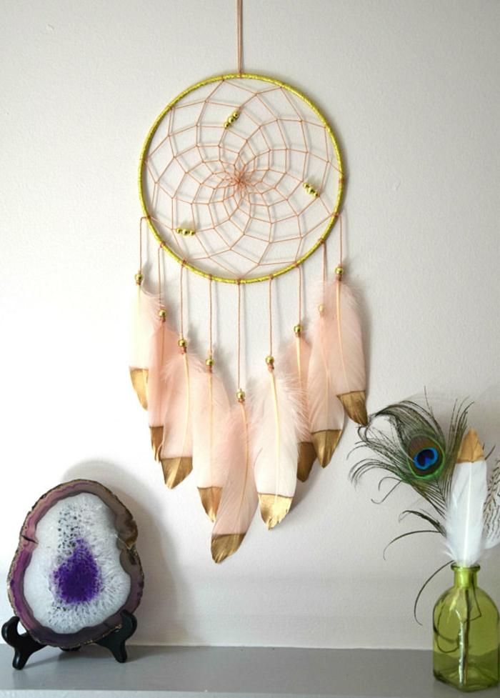 como hacer atrapasueños para decorar la casa, grande aro en dorado con plumas artificiales en color rosa