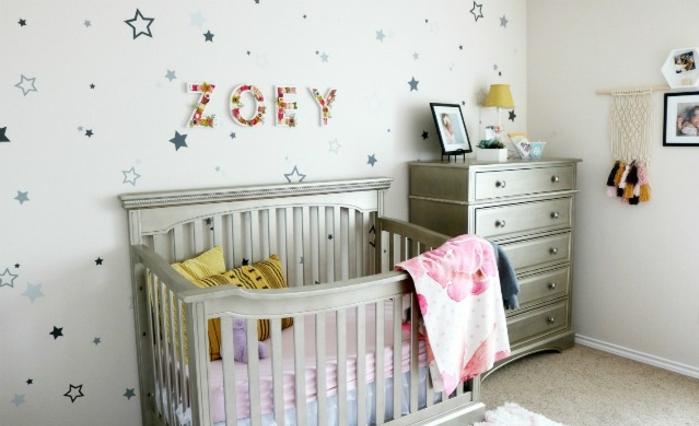 como decorar una habitacion infantil, ideas decoracion habitacion bebe, paredes con papel pintado con estrellas, muebles en color plateado