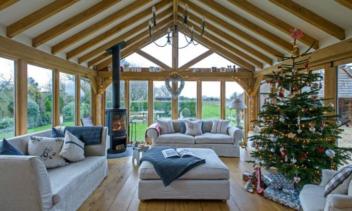precioso salon abuhardillado con ventanales y muebles de diseño modernos, salones rústicos con decoración navideña