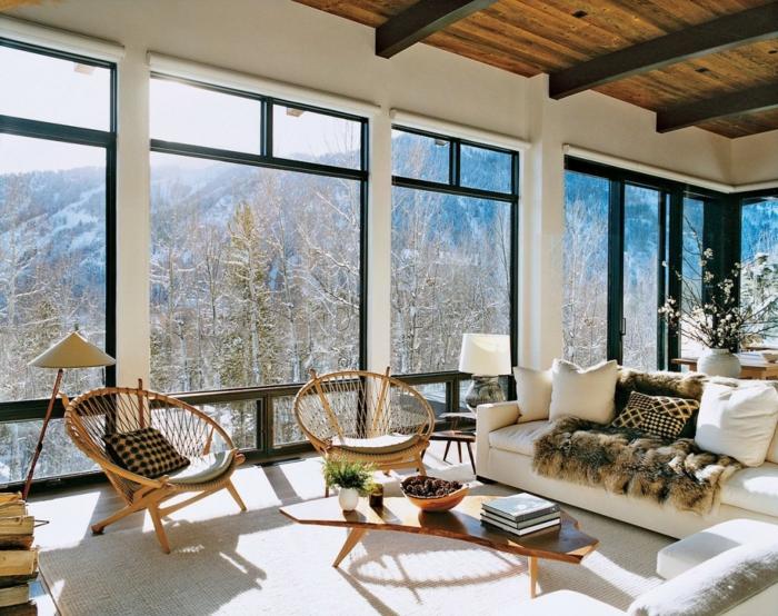 muebles salon, salon rustico en montaña, sillas acapulco, sofá blanca, techo de madera, salones rusticos modernos