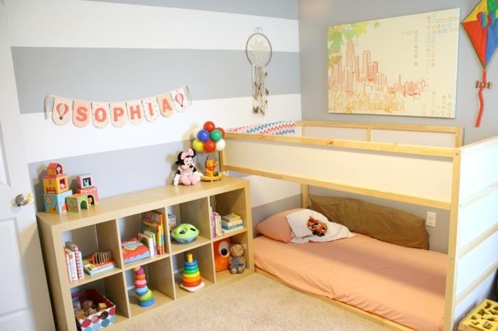 bonita habitación decorada en blanco, gris y naranja, ideas habitacion bebe niña,paredes con papel pintado en blanco y gris