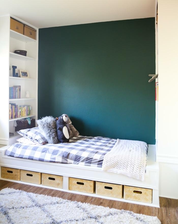 ejemplo de habitaciones de niñas modernas, paredes en verde oscuro y cama funcional de madera