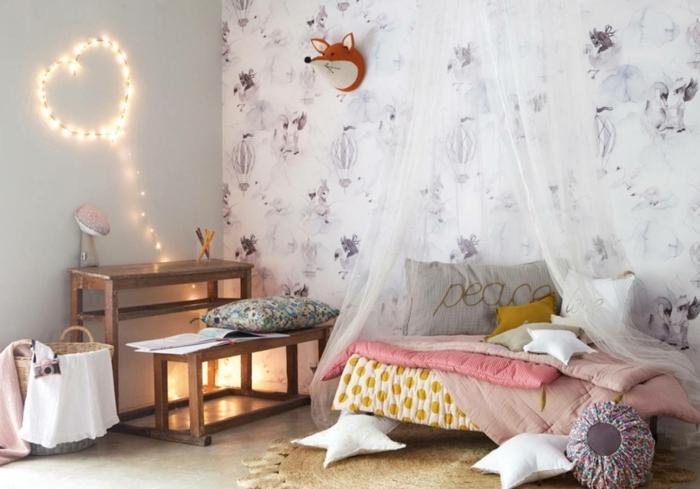 preciosas ideas para decorar habitaciones infantiles baratas, espacio pequeño decorado en colores claros, pared con papel pintado y cojines en forma de estrellas