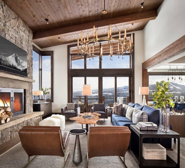 salon decorado en estilo moderno con elementos rusticos, muebles de diseño, techo inclinado de madera, ideas de decoracion salon comedor