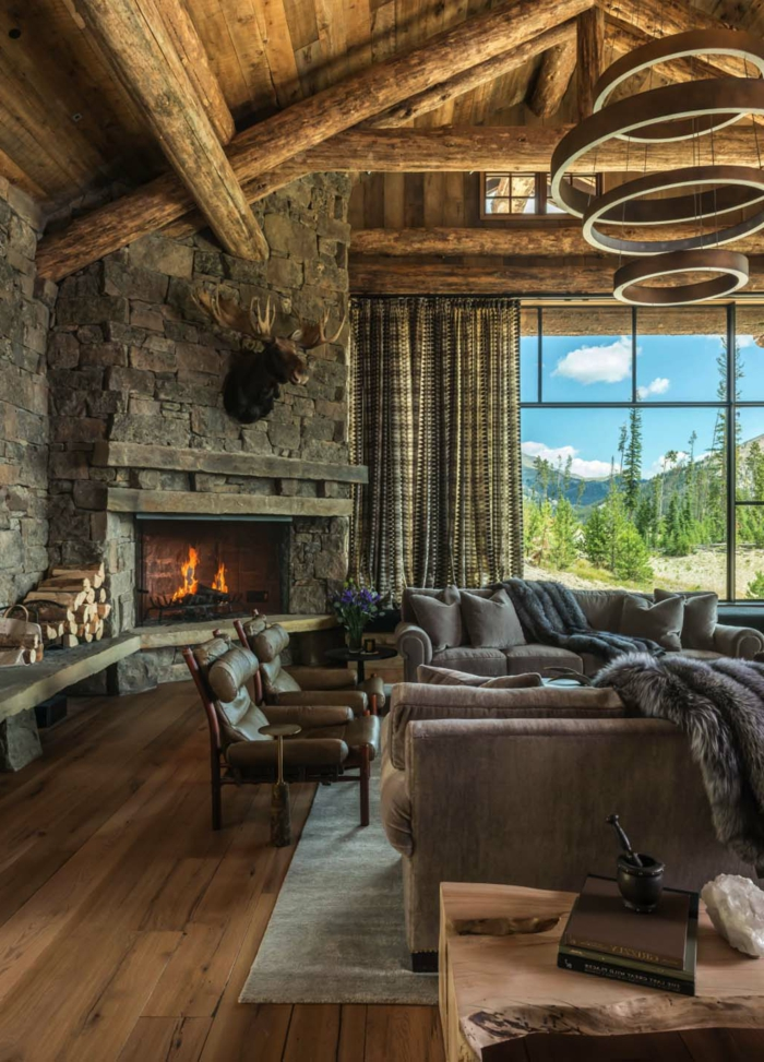 propuestas de decoracion salones rústicos, salones modernos con chimenea con techo inclinado con vigas de madera y muebles modernos