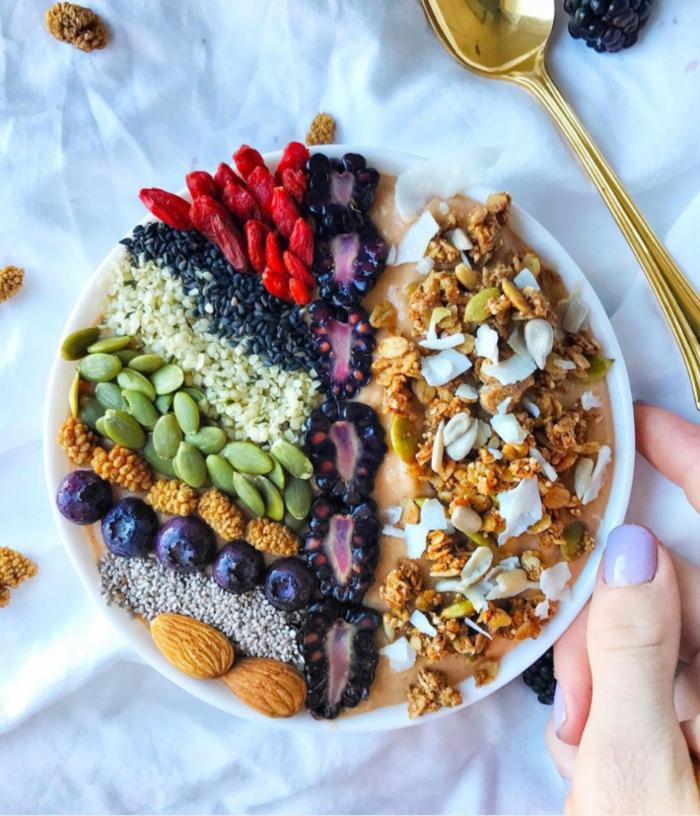 recetas verano paso a pas, desayuno de encanto para una dieta sana, frutas y semillas con smoothie de babanas