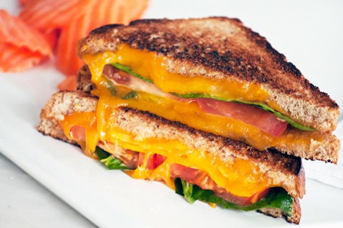bocadillos sabrosos para desayunar, recetas fáciles y rápidas paso a paso, tostadas con lechuga, huevos fritos y tomates