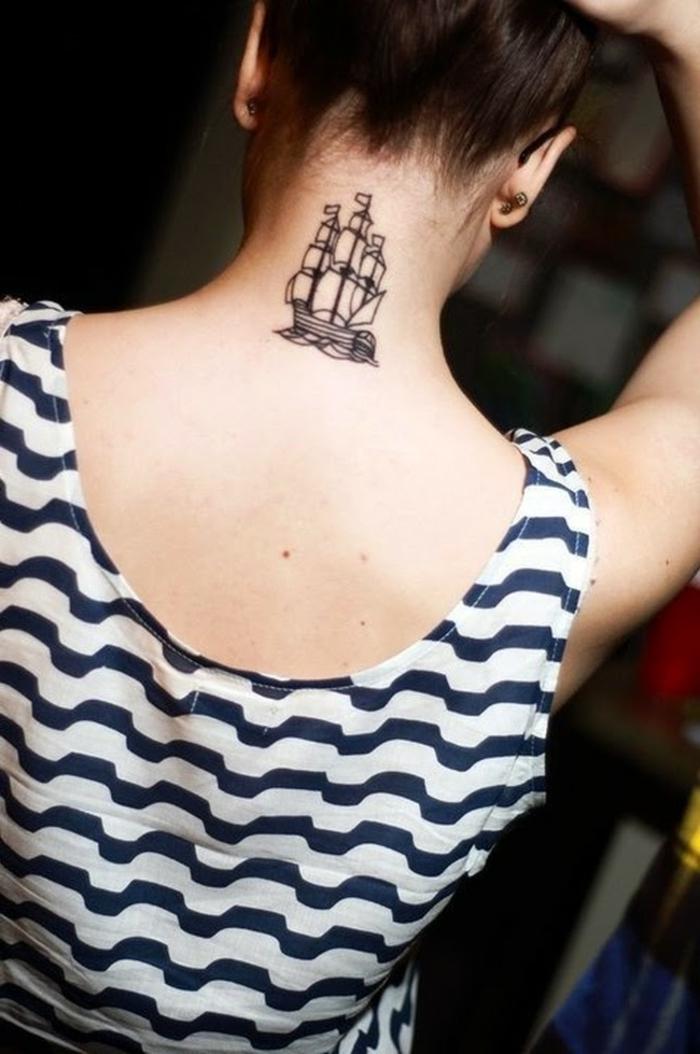 tendencias tattoos pequeños en la nuca, barco tinte negro tatuado en el cuello, bonita idea tatuajes mujer