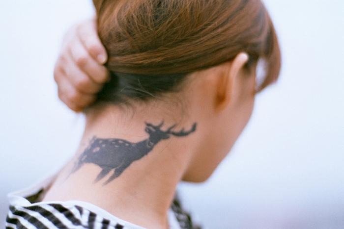tatuajes detras de la oreja y en el cuello, grande ciervo en tinto negro, tatuajes con animales 2018