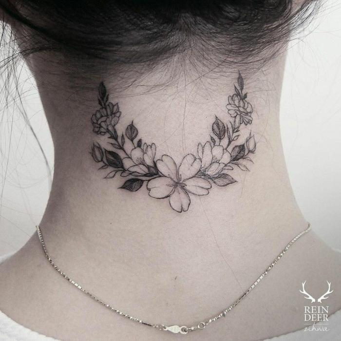 tatuajes nuca mujer con motivos florales, pequeña corona de flores con tinte negro tatuada en la nuca