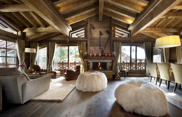 ejemplos de salones rusticos modernos, espacio abuhardillado con vigas de madera, techo de parquet y muebles modernos