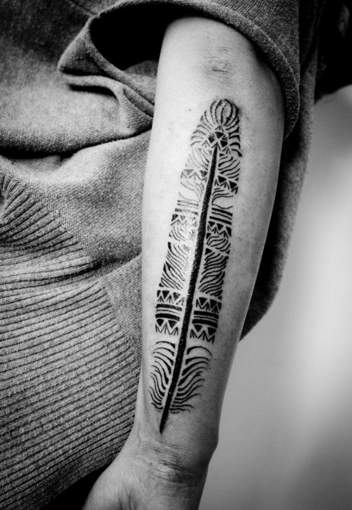 grande tatuaje moderno en el brazo, pluma ornamentada con tinte negro, ideas de plumas tatoo 2018