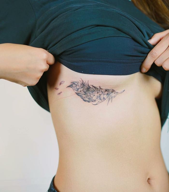 ideas de tatuajes para muejres, tatuaje de pluma con flores en las costillas,plumas tatoo originales mujer