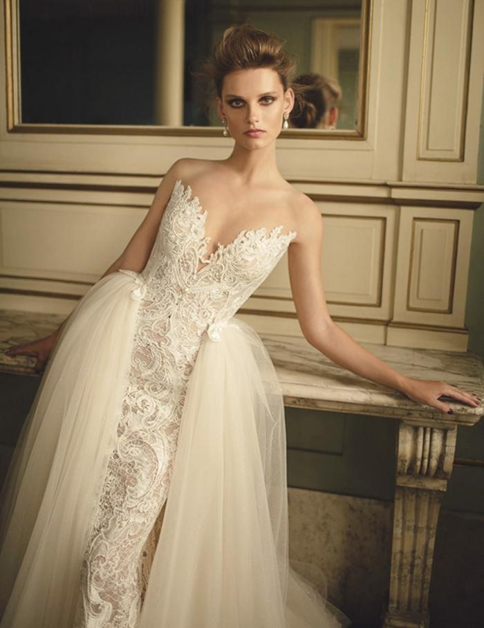 vestido desmontable con doble falda de tul en color champán, vestido de encaje con escote atrevido en V, ideas vestidos de novia precios