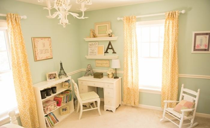 habitación decorada en verde claro con detalles en amarillo y muchos elementos decorativos, habitaciones de niñas modernas