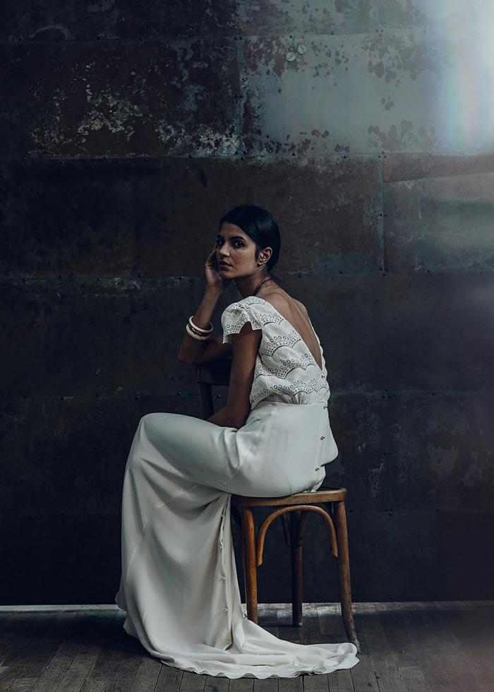 ideas de vestidos de novia informales de dos piezas, falda en blanco perla con cintura alta y parte superior de encaje con mangas cortes