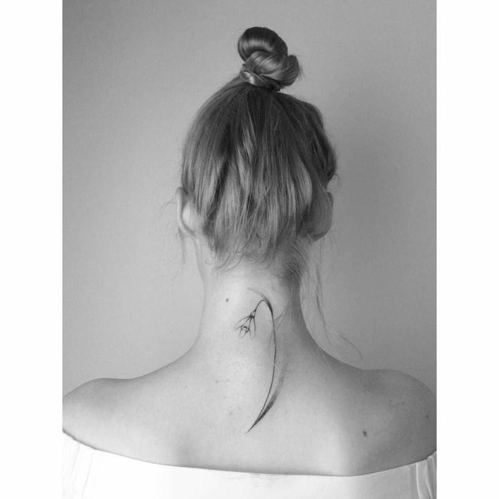 bonitas ideas de tatuajes nuca mujer, pequeña flor bola de nieva tatuada en la espalda y en la parte superior del cuello