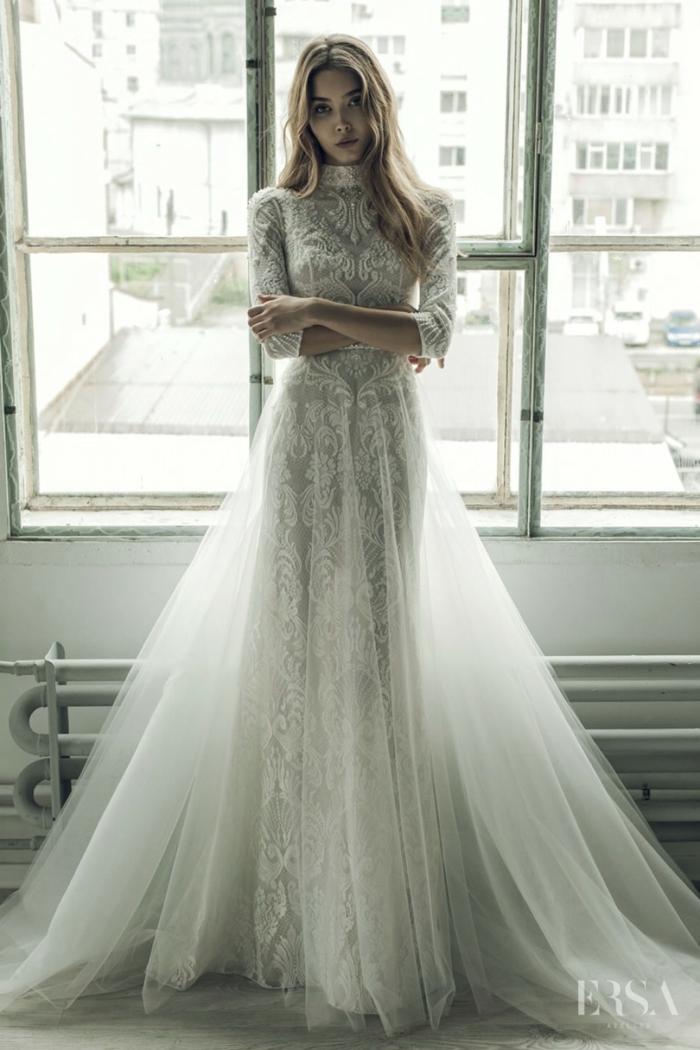 elegante diseño vestidos de novia princesa, vestido en color blanco marfil con larga falda de tul y encaje, pelo suelto ligeramente ondulado