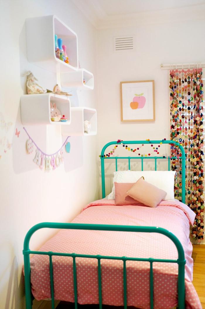 como decorar una habitacion bebe niña de manera encantadora, paredes en blanco, cama en verde y pequeños detalles en colores pastel