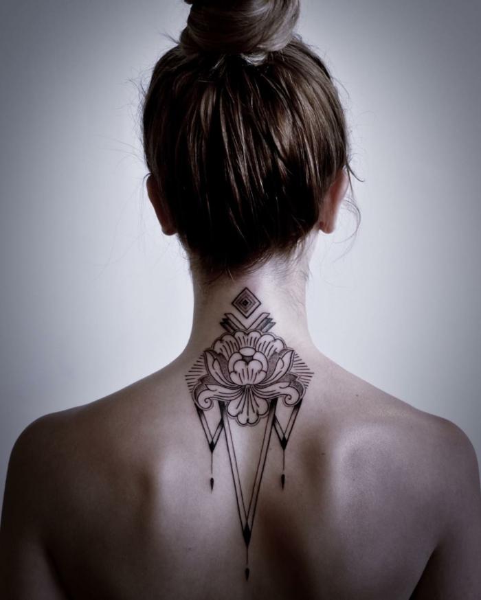 tatuajes en el cuello mujer con simbolos indios, precioso dibujo grande de lotos y motivos onramentales