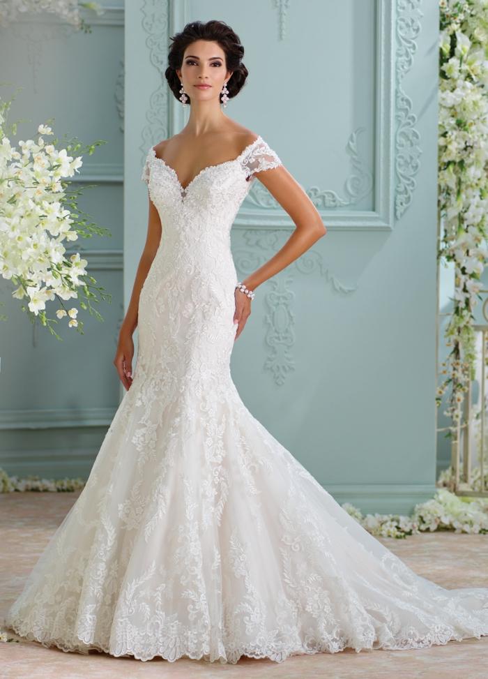 ideas de vestido novia romantico en corte sirena con grande cola y mangas caídas cortas, vestido en color perla de encaje