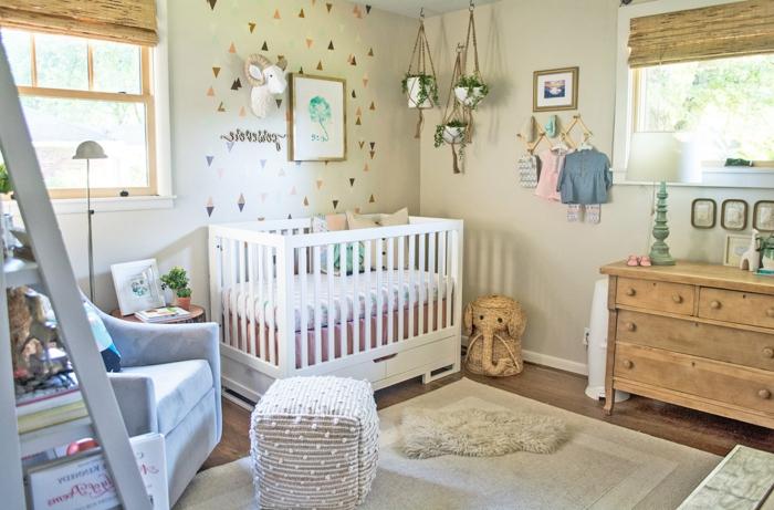 precioso ejemplo habitaciones de niñas, paredes pintadas en verde claro, pequeña cama bebe, alfombra en beige y macetas con plantes colgadas en el techo
