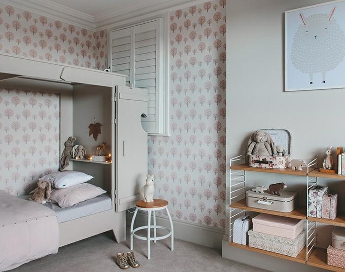 ejemplo encantador de habitaciones en rosado y blanco, paredes con papel pintado con elementos florales