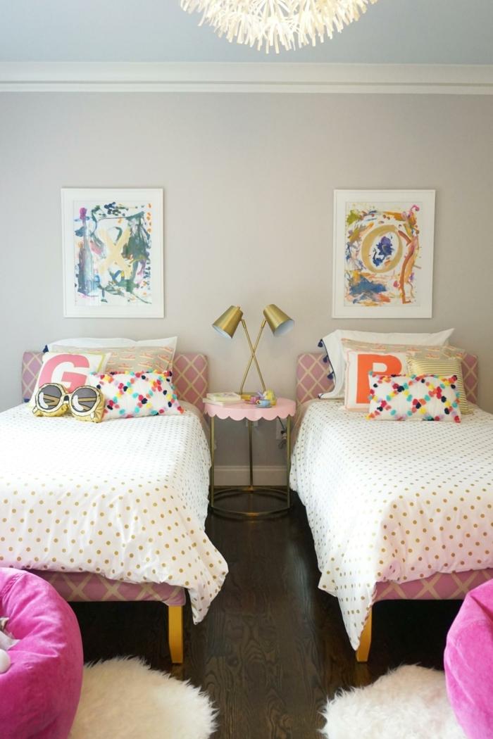 habitaciones de niñas con dos camas, cojines decorativos en colores, paredes en gris y pufs en color rosado